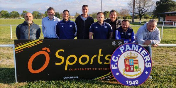 Nouveau Staff du Foot Club de pamiers devant le panneaux de l'équipementier O Sport
