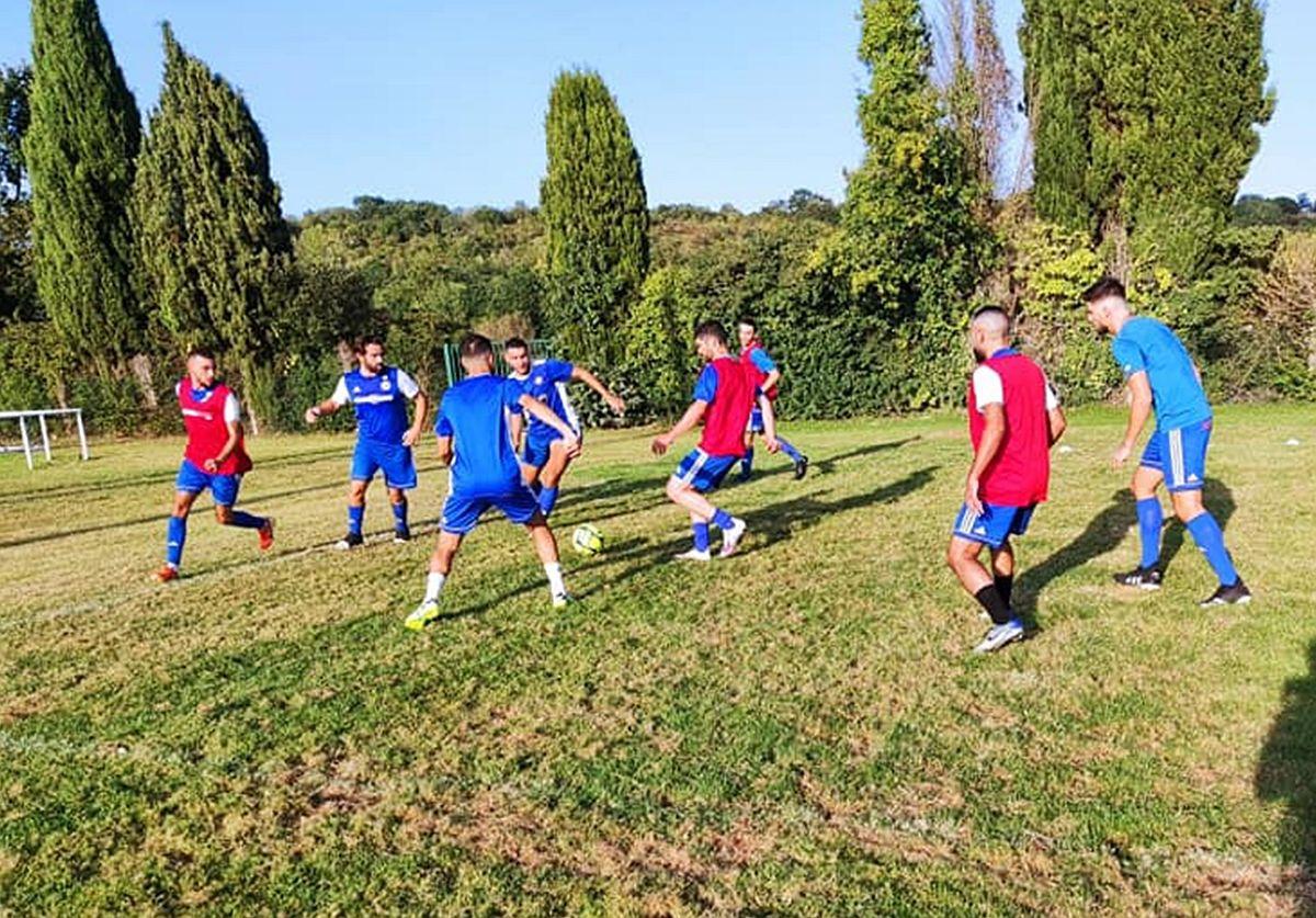 Le FC Pamiers à l'échauffement.