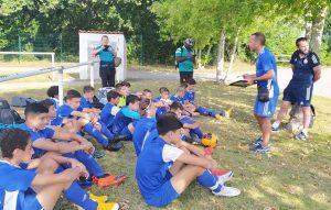 Les jeunes de l'école de foot à l'écoute des éducateurs