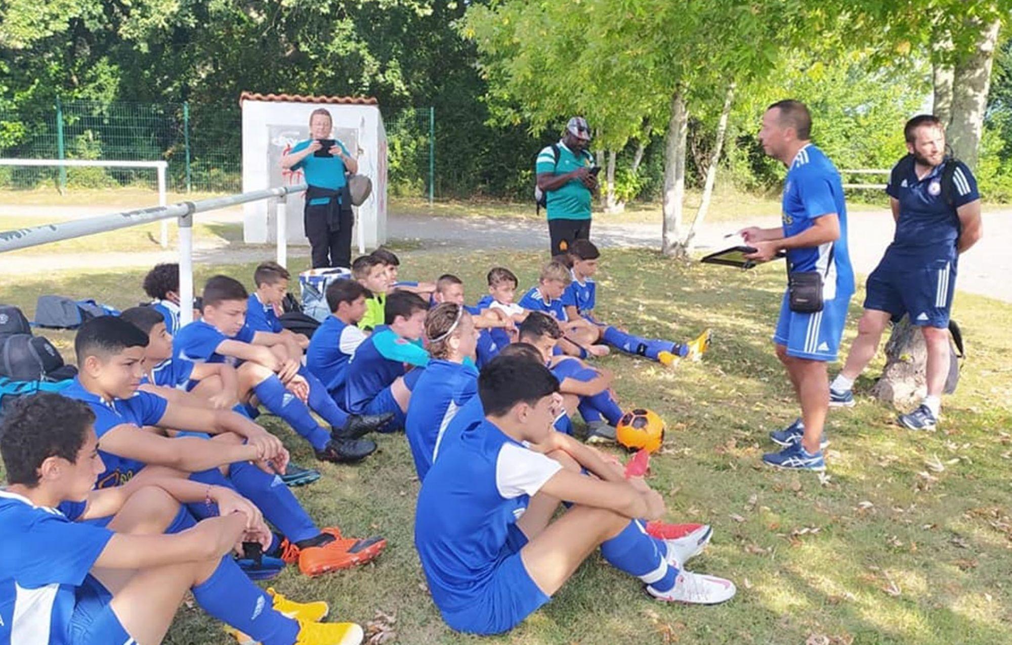 Les jeunes de l'école de foot sont à l'écoute des éducateurs du FC Pamiers